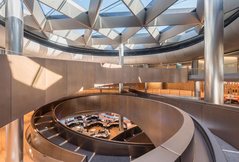 הרמפה הארוכה והמתפתלת מוארת מחלונות התקרה. תחושה דינמית מהרגע שנכנסים (צילום: Nigel Young, Foster + Partners)