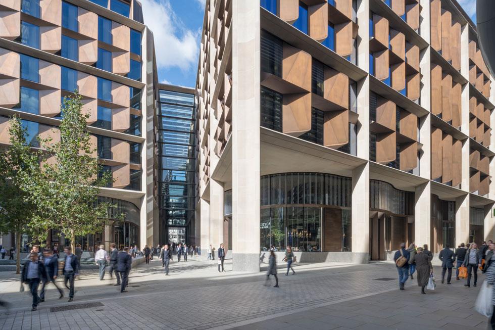 המטה האירופאי של סוכנות המידע הפיננסי ''בלומברג'' משתרע על פני בלוק עירוני שלם ומפוצל לשני בניינים. כדי שיהיה ידידותי ולא עוין לתושבים, יש מעברים בין הבניינים שמתחקים אחר דרך רומית עתיקה (צילום: Nigel Young, Foster + Partners)
