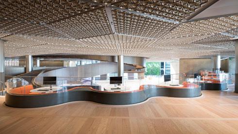 עמדות למפגשים. הקומות המרווחות, בגובה ובשטח, נותנות תחושה של דינמיות ומרחב בעזרת הרמפה המתפתלת (צילום: Nigel Young, Foster + Partners)