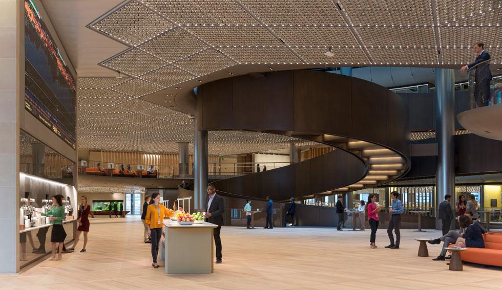 הקומה השישית: ספסלים רכים לישיבה, עמדות חטיפים ושתייה, חלל דו-קומתי עצום ומסך פיננסי משמאל. ועל התקרה... (צילום: James Newton)