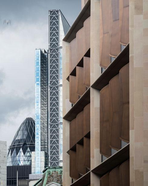 תריסי הברונזה בחזית. ברקע נראה מגדל ''המלפפון'', שהעניק לנורמן פוסטר זכייה קודמת בפרס סטרלינג (צילום: James Newton)
