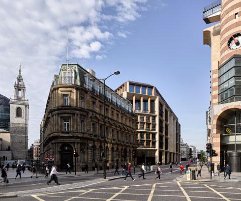 מבט מרחוב Mansion House. בלומברג אמר שלנוכח המסה האדירה של המבנה ושטח הפרויקט, היה לו חשוב שהתוצאה תהיה ידידותית (צילום: James Newton)