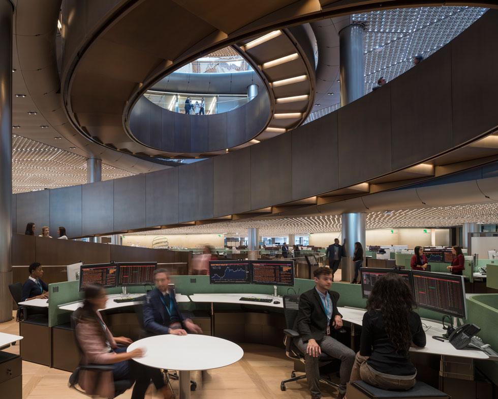 כ-700 עובדים מאכלסים כל קומה. כאן, תצורת השולחנות תואמת את תנועת הרמפה הרגלית בין הקומות (צילום: James Newton)