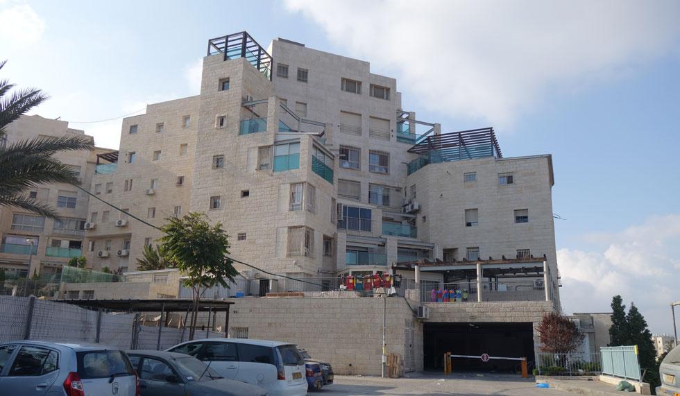 הבניין מבחוץ. זוהי תופעה הרווחת בבני ברק ובערים חרדיות אחרות ברחבי הארץ, אך בעיקר בירושלים, שבה לא רק מצוקת דיור קשה, אלא גם בניינים גדולים וחדשים, שבהם הדבר מתאפשר (צילום: מיכאל יעקובסון)