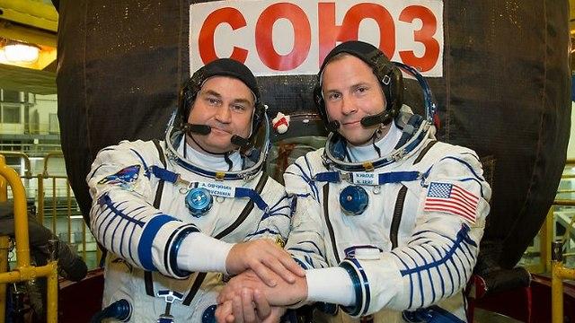 ניק הייג האמריקני ואלכסנדר אובצ'ינין הרוסי לפני השיגור (צילום: נאס