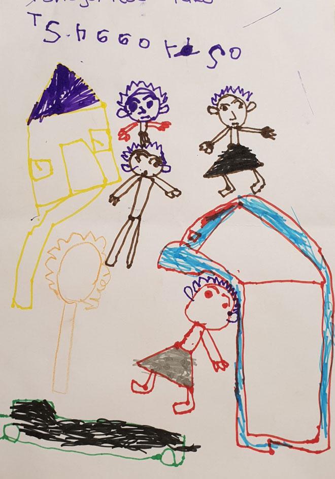 ציור של משפחה - דמויות ללא פה, המסמלות חששות לבטא רגשות, השמטת דלת וחלונות מסמלת רמה התפתחותית נמוכה לגיל, ופחד לשתף בעולם הפנימי
