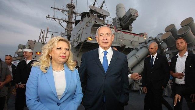 בנימין נתניהו ושרה נתניהו על המשחתת האמריקנית בנמל אשדוד (צילום: מארק ישראל סלם)