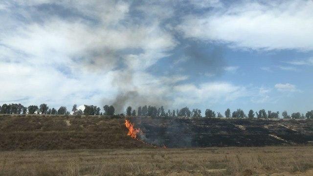 שריפה ליד פסי הרכבת לשדרות מבלון תבערה (צילום: דניאל אליאור)