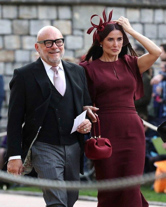 דמי מור לא לגמרי הבינה איך מסדרים שהכובע לא ייפול (צילום: AP)