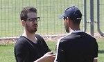 משה חוגג מדבר עם גיא לוזון (צילום: אוהד צויגנברג)