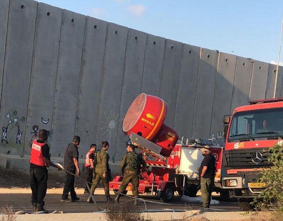 """Grandes """"hélices à fumée"""" au passage à niveau de Kerem Shalom"""