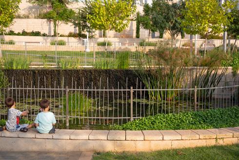 אסון שאירע בהרצליה הוביל להחלטה לגדר את הבריכה, בניגוד לתוכנית המקורית (צילום: דור נבו)