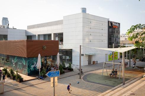 המרכז המסחרי: קיר אטום פונה לפארק. מדוע? (צילום: דור נבו)