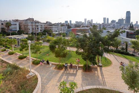 מבט ממרום הגן אל תחתיתו והמרכז המסחרי. במקום מתחם סגור של אצטדיון, הרחובות מתחברים כעת, והרבה יותר תושבים נהנים מהשטח (צילום: דור נבו)