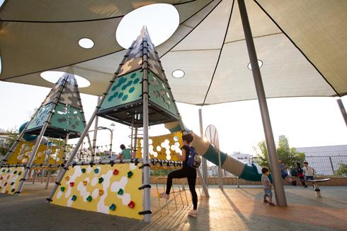 מתקני משחקים בגן. קשה לראות כאן חותם אישי כלשהו של אדריכלי הנוף (צילום: דור נבו)