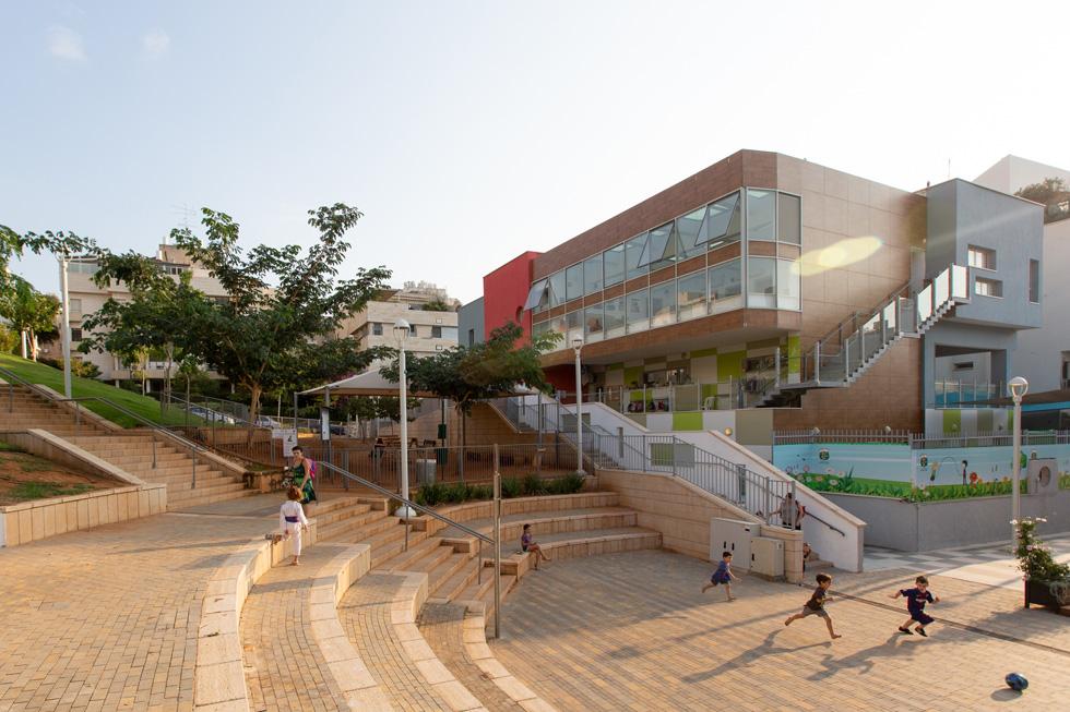 בתחתיתו נמצא המרכז המסחרי, שתוכנן ללא חשיבה יצירתית נראית לעין, זר לשכונה ובמיוחד לגן (צילום: דור נבו)