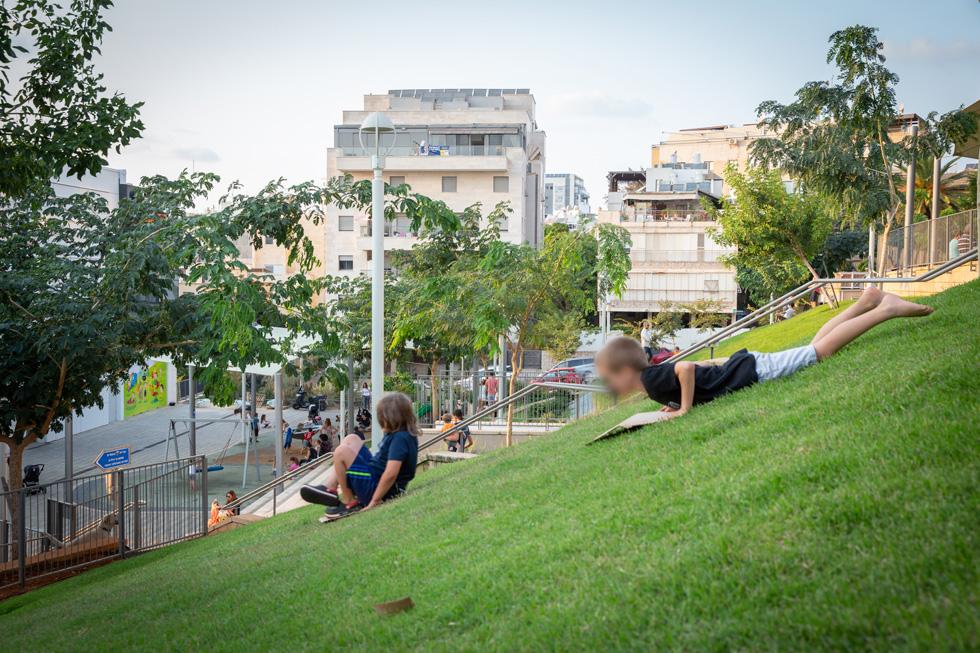 גן המכתש בגבעתיים, בין הרחובות בורוכוב והשניים. הפתרון הנופי שניתן לשיפועים החדים אינו טראסות, אלא שיפועים מדושאים וספסלים בנויים (צילום: דור נבו)