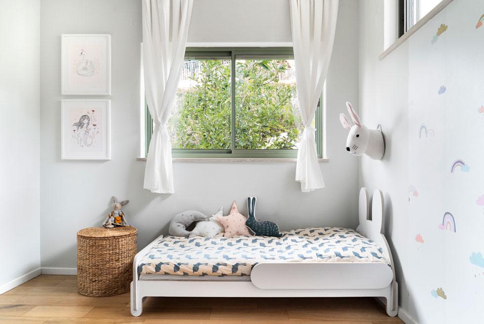 המעטפת - רצפה, קירות, וילונות - יכולה להישאר נייטרלית, ואת האופי יכניסו פריטי הנוי והטקסטיל. הקירות סביב המיטה נצבעו במנטה-אפרפר בצורת ח', כך שנוצרת אשליה של חדר גדול יותר  (צילום: רותם רוזנאי)