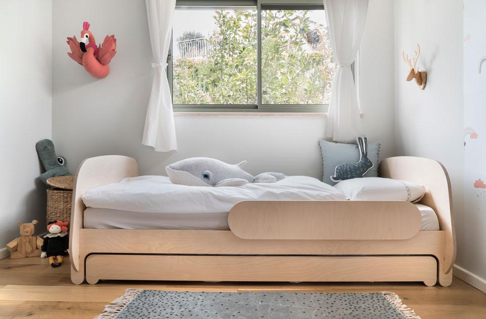 אותו החדר, לילדה גדולה יותר. בחדרים שאותם חולקים שני ילדים או יותר, מיטה נפתחת היא פתרון טוב למחסור במרחב רצפה (צילום: רותם רוזנאי)
