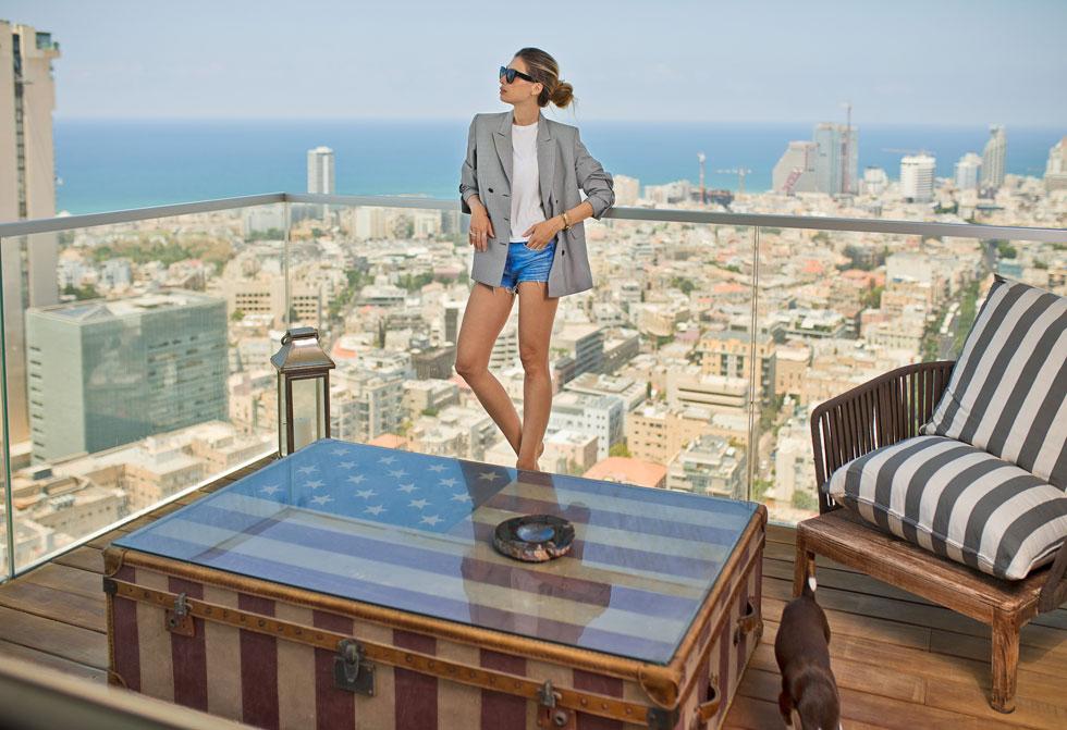 מסנט פטרסבורג לנתניה, לאופקים, למגדל פאר. אלברשטיין במרפסת הדירה שלה בתל אביב  (צילום: טל שחר)