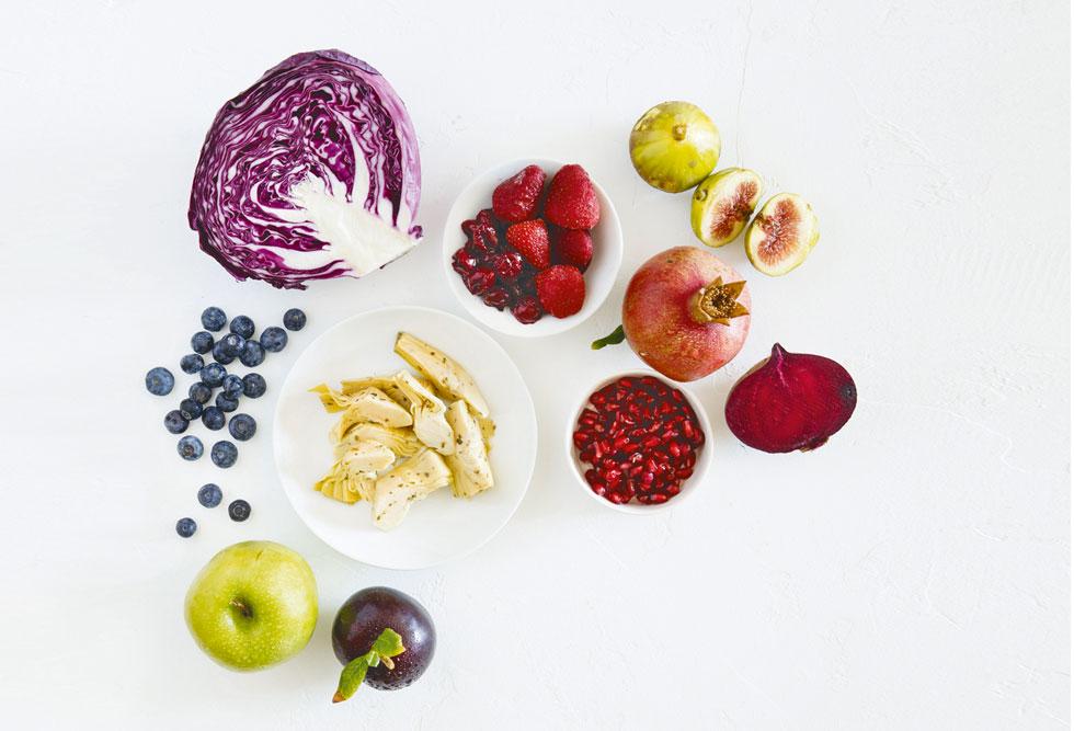 העשירייה הפותחת של מזונות שיצעירו לכם את הצלחת: ארטישוק, אוכמניות טריות, שזיף אדום, תות שדה, כרוב אדום, דובדבנים אדומים מתוקים, רימון, תאנים, תפוח, סלק (צילום: יוסי סליס, סגנון: נטשה חיימוביץ')