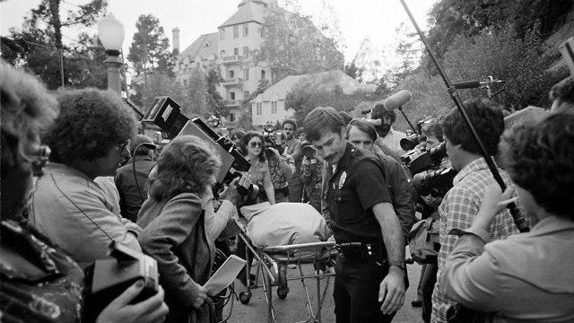 פינוי גופתו של ג'ון בלושי ממלון שאטו מרמונט (צילום: AP)