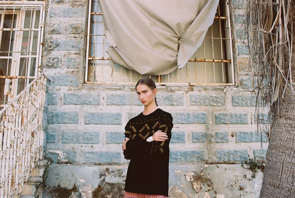סווטשירט, seekers vintage; מכנסיים קצרים, בטי בארץ הווינטג' (צילום: הילה כדי)