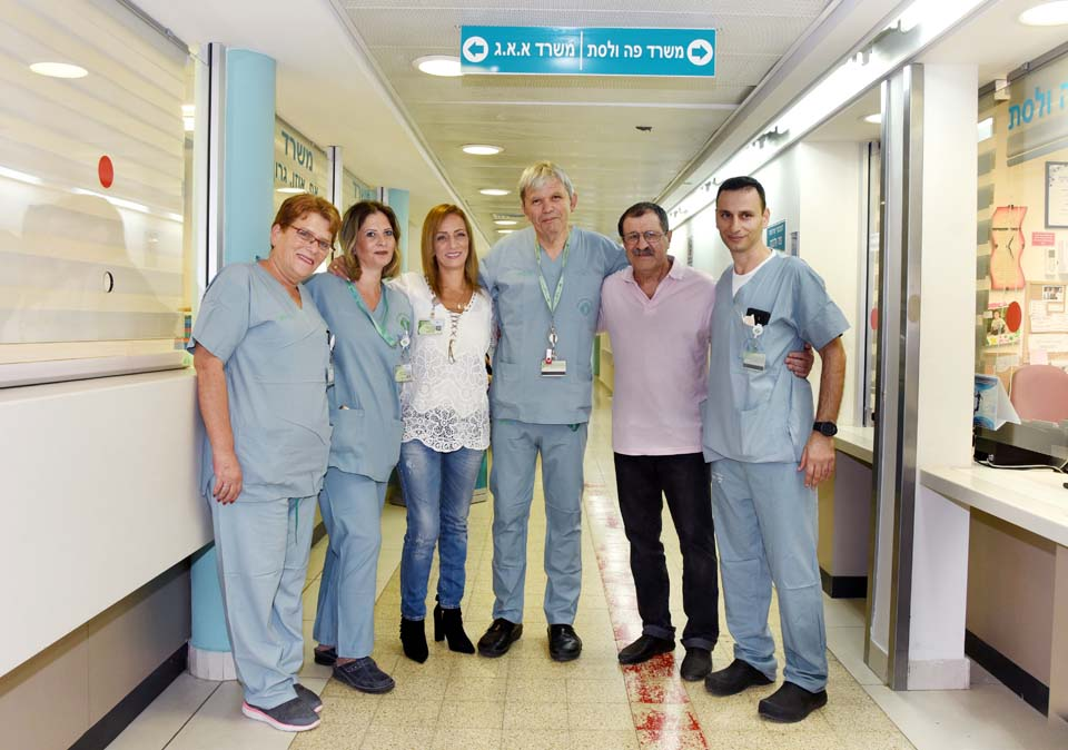 """Пациент Наум Липский (второй справа) со спасшими его медиками. Фото: Рахель Давид (больница """"Сорока"""")"""