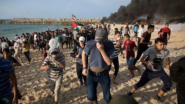 התפרעויות פלסטינים בגבול רצועת עזה (צילום: AP)