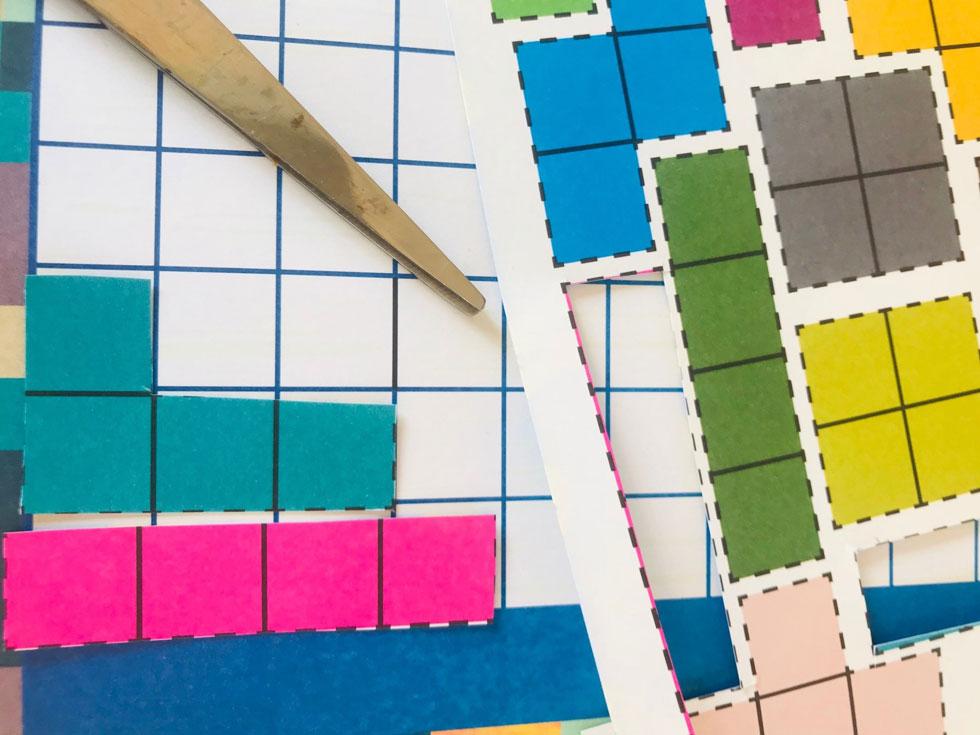 מדביקים על נייר קרטון וגוזרים את החלקים  (צילום: מגזין חלבלובון)