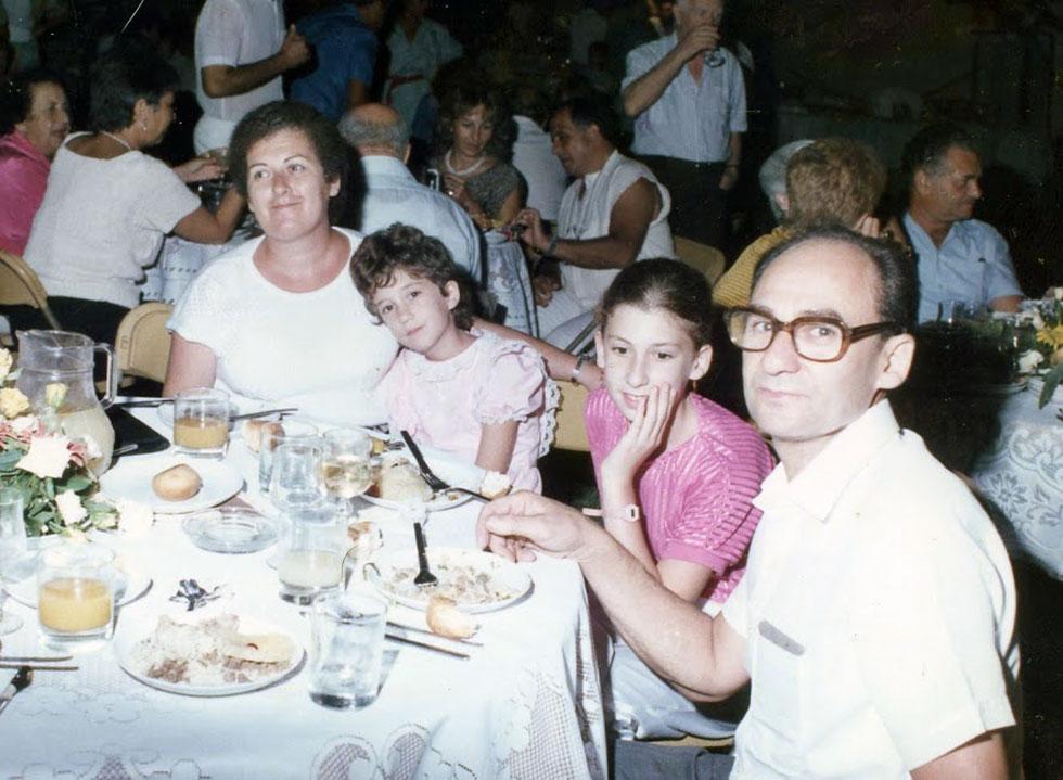 """תמונת ילדות עם ההורים, יעקב וסילביה ז""""ל, והאחות הגדולה, רונית. """"הרגשתי שאני לא מצטיינת בשום דבר, שאני בינונית"""" (צילום: אלבום פרטי)"""