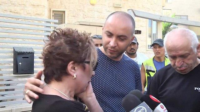 רותי חי בוכה גרה בסמוך לבית שנפגע בבאר שבע (צילום: רועי עידן)