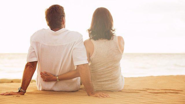 זוג אוהבים בחוף הים (צילום: Shutterstock)