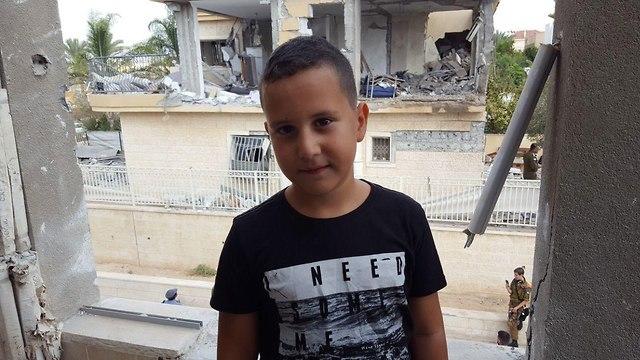 נדב גולדשטיין בן ה-7, שמתגורר בבית הצמוד לבית שנפגע ()