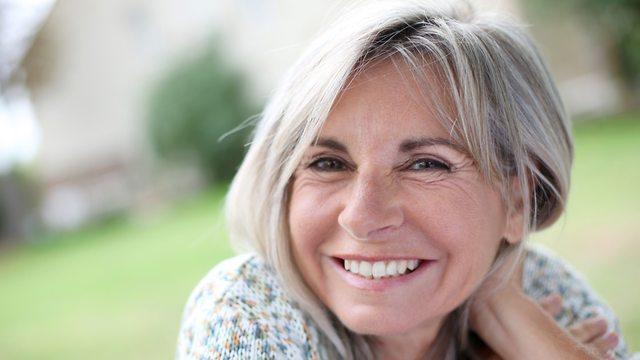 אישה מחייכת (צילום: shutterstock)