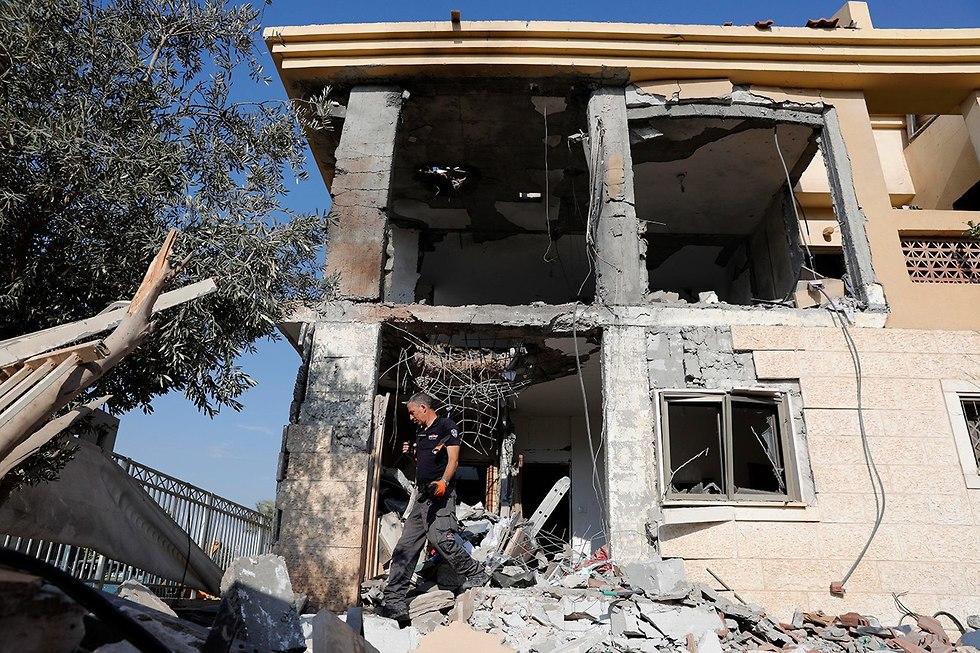 נזק לבית בבאר שבע שנפגע מרקטה שנורתה מרצועת עזה (צילום: EPA)