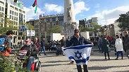 יהודי מוחה באמסטרדם מול הפגנות ה-BDS: