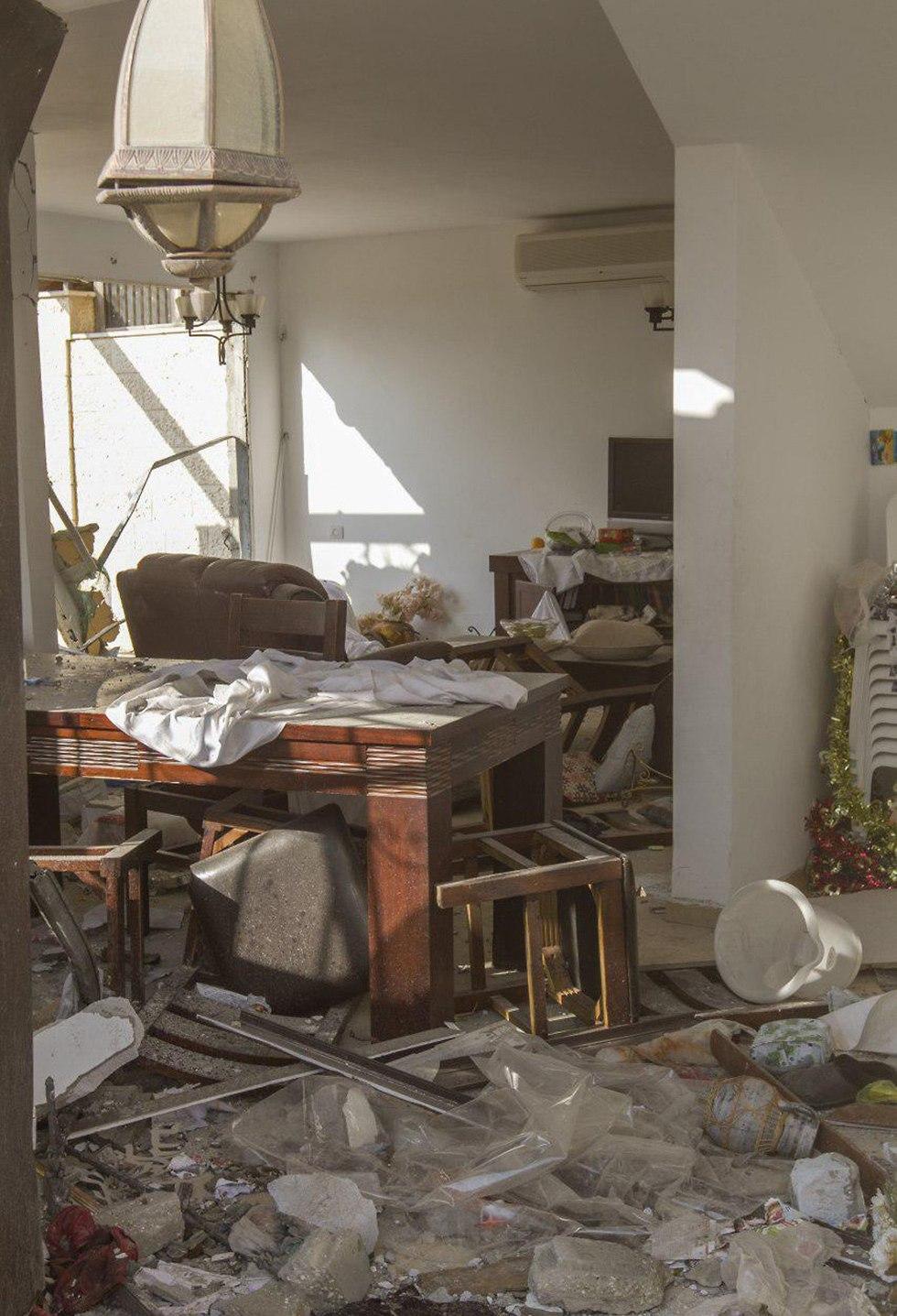 נזק לבית בבאר שבע שנפגע מרקטה שנורתה מרצועת עזה (צילום: עידו ארז)
