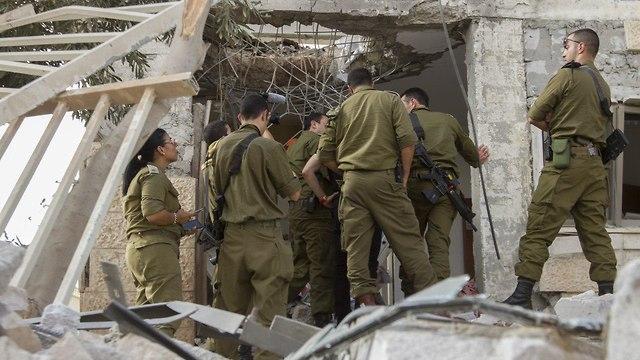 Военнослужащие ЦАХАЛа на месте падения ракеты. Фото: Идо Эрез