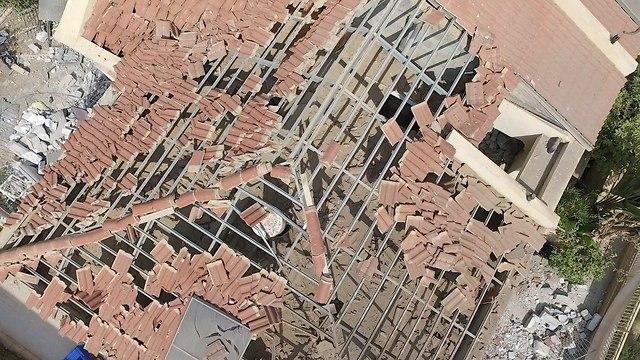 נזק לבית בבאר שבע שנפגע מרקטה שנורתה מרצועת עזה (צילום: משה מזרחי)