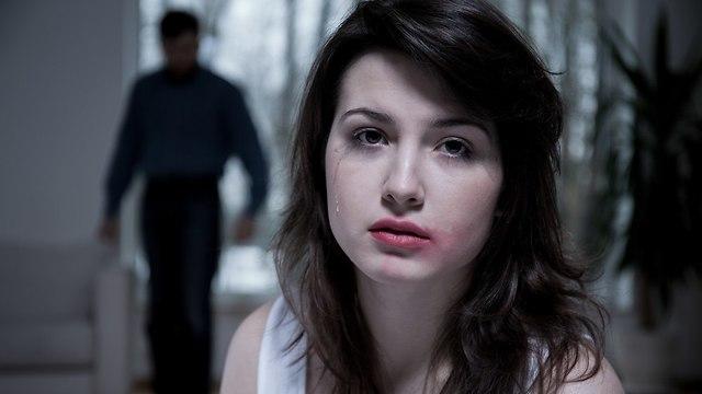 אישה עצובה עם איפור מרוח (צילום: Shutterstock)