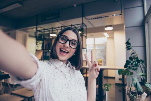 כל מקום שאליו הם מגיעים, כולל המשרד, הוא הזדמנות לעשות צ'ק־אין באינסטגרם, בליווי סלפי אטרקטיבי (צילום: Shutterstock)