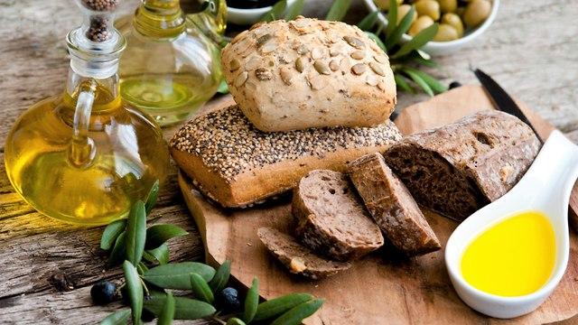לחם מלא ושמן זית (צילום: shutterstock)