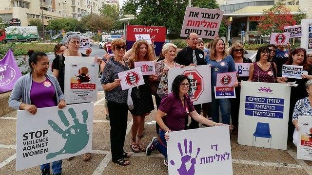 הפגנה מחאה נגד אלימות התעללות נשים רצח רציחות ב כרמיאל (צילום: נעמת)