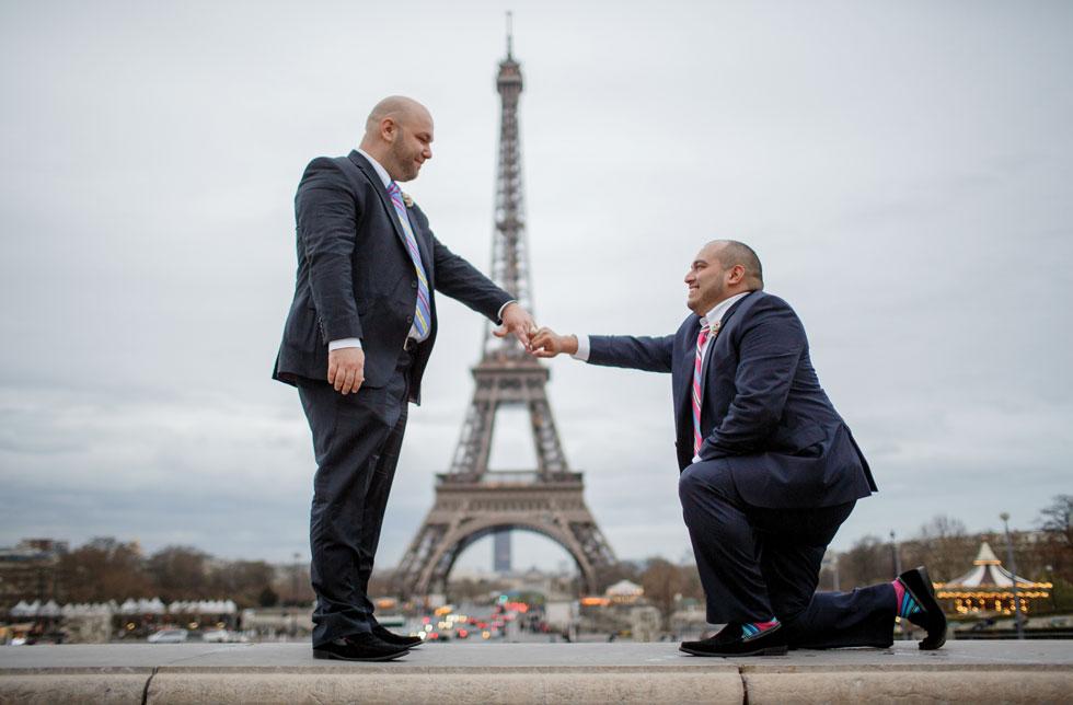 לפני הניתוח. הצעת החתונה -  זוהר וולף (משמאל) וסטיבן קארדנט במגדל אייפל. תחילת 2015 (צילום: Jacques Mateos)