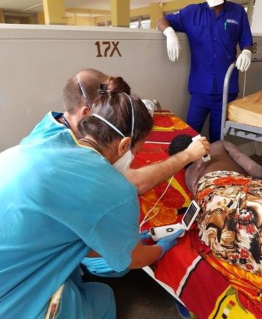 מטפלים בחולים (צילום: משלחת הטכניון לאוגנדה)