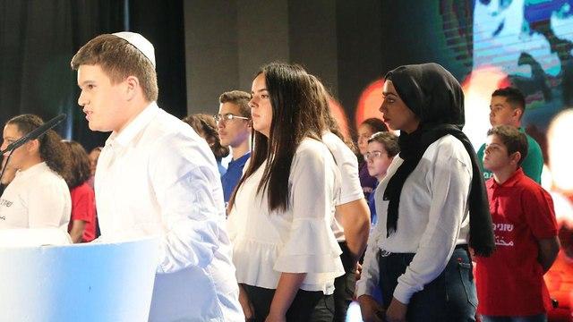 נוער בעצרת החינוך במרכז יצחק רבין  (צילום: מוטי קמחי )