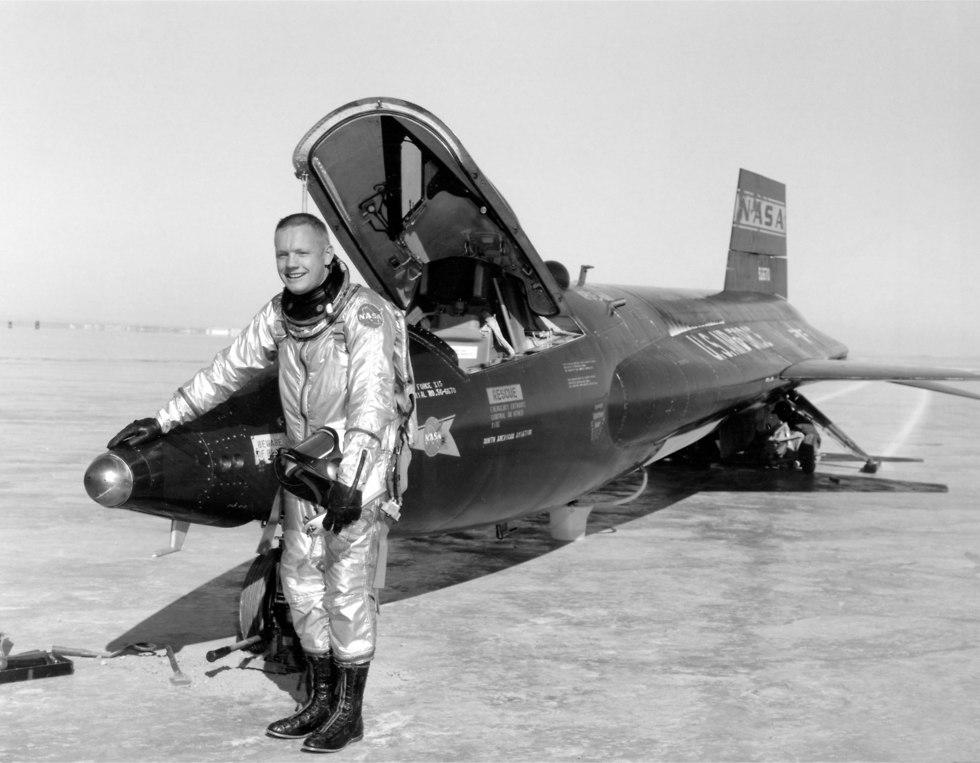 גולת הכותרת של הטיסה המתקדמת והחדשנית ביותר. ארמסטרונג עם מטוס הניסוי הרקטי X-15 (צילום: חיל האוויר האמריקני)