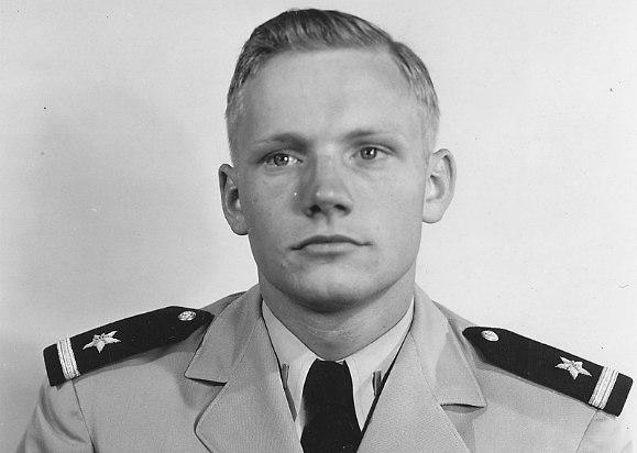 78 גיחות מבצעיות ונטישה אחת. הטייס הצעיר ניל ארמסטרונג במדי הצי ב-1952 (צילום: הצי האמריקני)