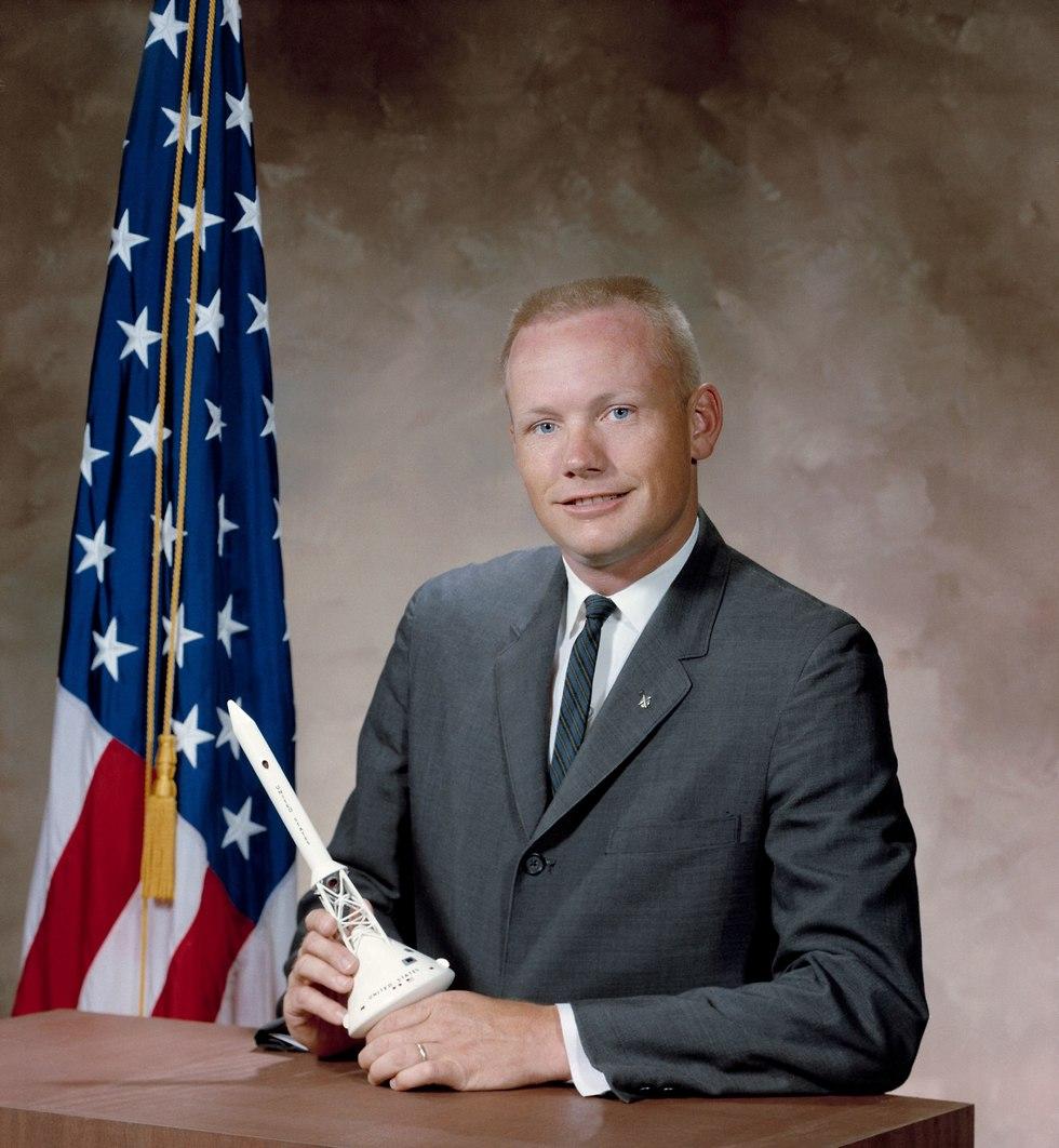 ניל ארמסטרונג במשרד עם דגם של אפולו 11  (צילום: נאס
